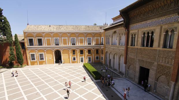 El Patio de la Montería del Alcázar, con la fachada del Palacio de Pedro I