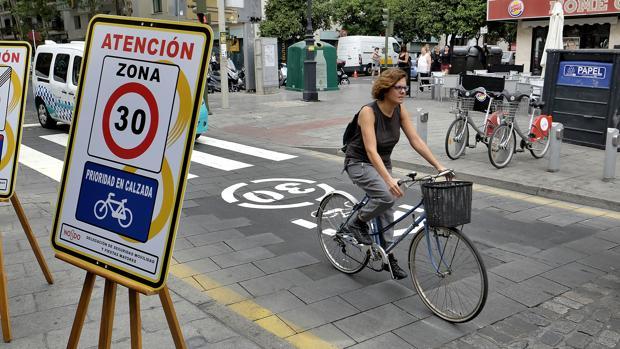 Una ciclista accede al Centro con su bicicleta