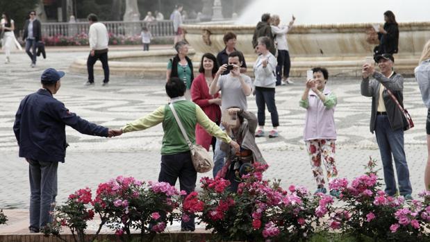 Tusrias chinos pasean por la Plaza de España