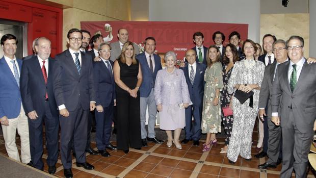 El homenajeado y su familia, con autoridades asistentes al acto celebrado anoche
