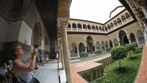 Turistas en el Patio de las Doncellas del Real Alcázar