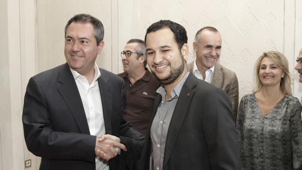 Juan Espadas y Daniel González Rojas tras la firma de un acuerdo entre PSOE e IU en 2015