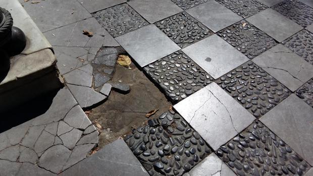 Estado del pavimento en la plaza de la Gavidia