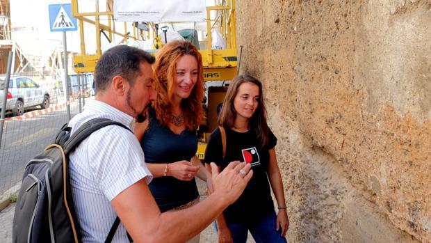 La delegada Clara Macías en la restaurada muralla de la Macarena