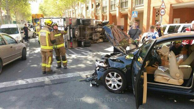 El camión ha volcado tras el choque