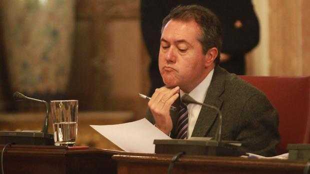 El alcalde de Sevilla, Juan Espadas, durante el pleno que aprobó los presupuestos 2016