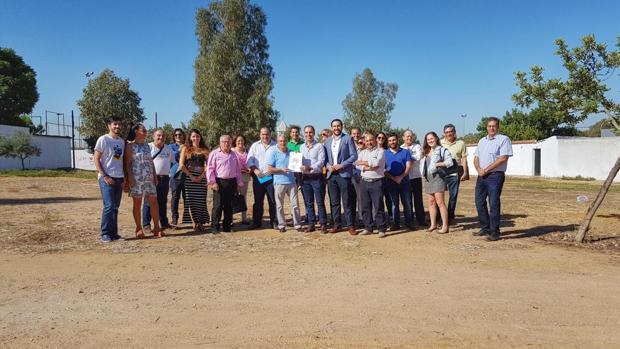 Representantes de Ciudadanos Sevilla reunidos con vecinos de Bellavista para tratar su propuesta de parque urbano