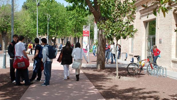 Estudiantes en la puerta de un centro de enseñanza