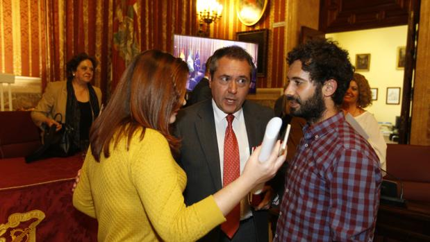 Susana Serrano y Julián Moreno, de Participa, junto a Espadas en presencia de Carmen Castreño