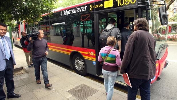 Varios usuarios de Tussam suben a un autobus
