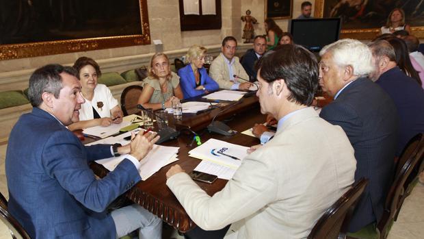 Juan Espadas y Carmen Castreño, reunidos este jueves con empresarios y agentes sociales