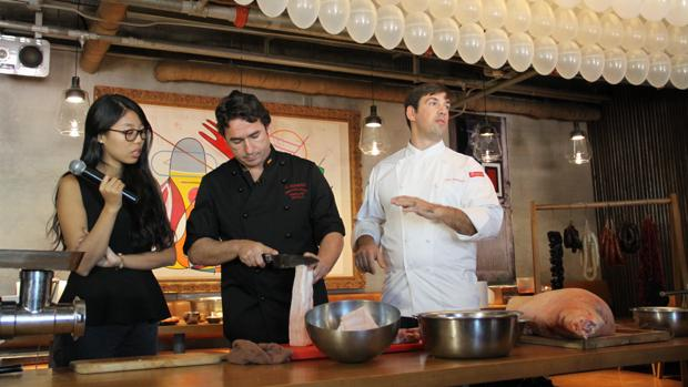 Pepe Romero, en el centro, imparte su clase magistral de embutidos junto al chef de Migas, Aitor Olabegoya