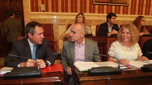 Juan Espadas con Antonio Muñoz y Adela Castaño ayer en el Pleno