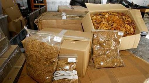Cajas de hojas de tabaco requisadas en una operación