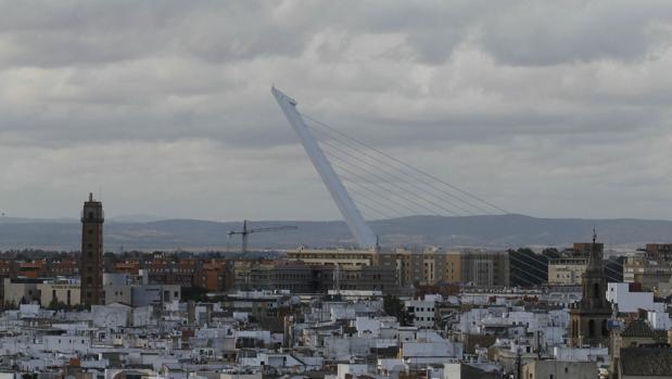 Los cielos han amanecido nubosos este domingo en Sevilla