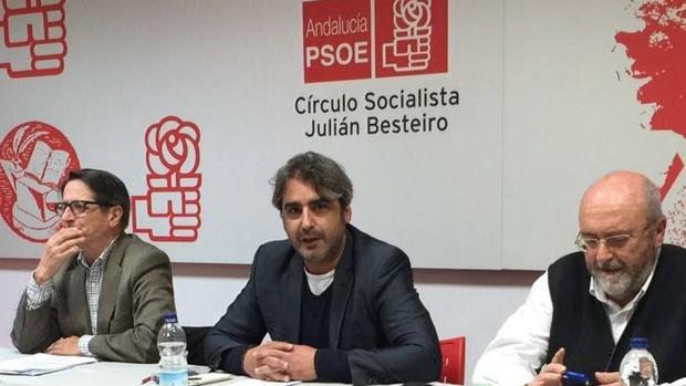Jesús Garrido, en el centro de la imagen, se ha dado de baja del PSOE tras la dimisión de Sánchez