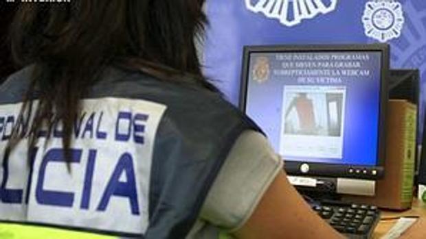 Un agente de la Policía revisa material de pornografía infantil
