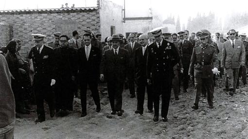 La amplia comitiva que acompañó a Franco en su visita al Vacie en 1961