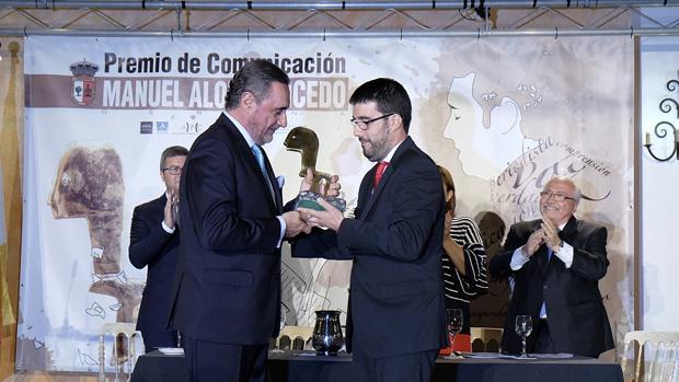 Carlos Herrera recibe el premio de manos del alcalde de Gerena