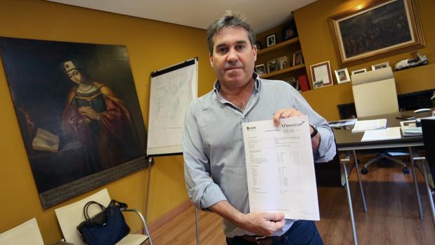 Jesús Cereceda, con uno de los informes médicos presentados en la causa