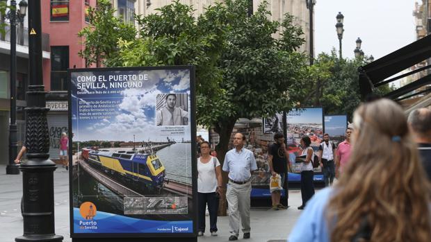 La exposición llena de imágenes del puerto la avenida de la Constitución
