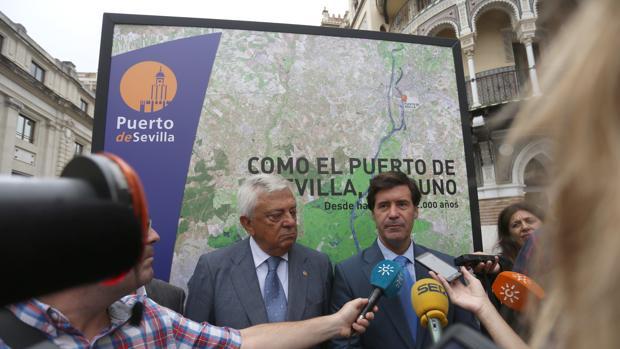 Francisco Herrero y Miguel Rus, ante una de las imágenes de la exposición del Puerto