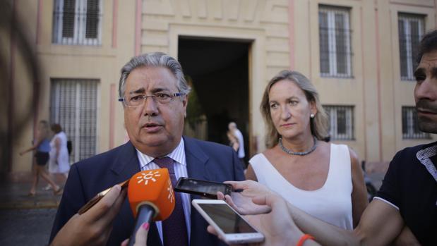 El portavoz del PP, Juan Ignacio Zoido, atendiendo a los medios
