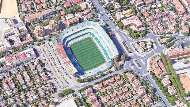 Vista aérea del estadio Benito Villamarín, con la explanada de aparcamientos