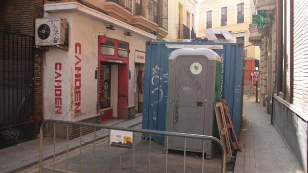 Los contenedores de escombros y para guardar el amterial obstaculizan la entrada a los comercios