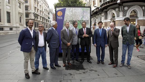 El alcalde, los presidentes de Diputación, Autoridad Portuaria, Fundación Cajasol, junto a representantes municipales, de la Junta,de los empresarios y los sindicatos