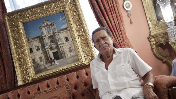 El mecenas Mariano Bellver, en su casa junto a una de las obras que ha donado a la ciudad