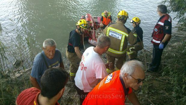 Un motorista cae al río desde el puente de hierro de San Juan