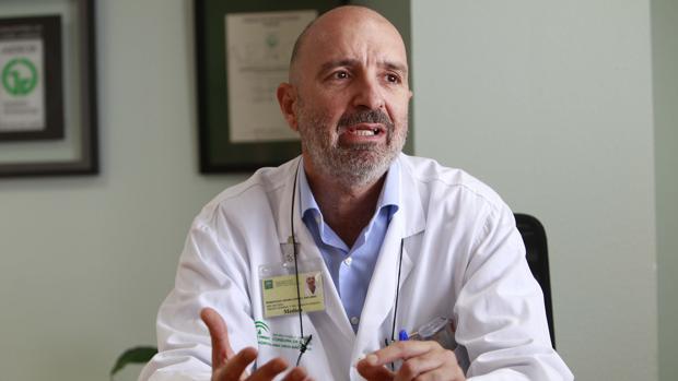 El doctor Eduardo Domínguez-Adame, responsable de la Unidad de Cirugía Esófago-Gástrica del Macarena