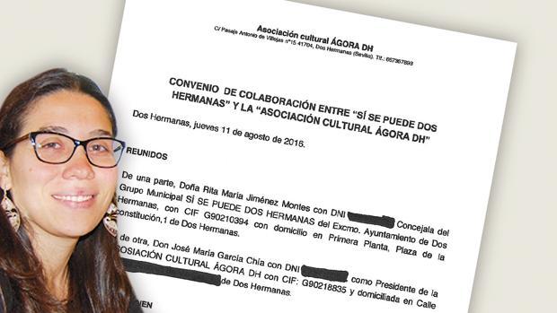 La recién dimitida Rita Jiménez junto al convenio que firmó cuando era concejal