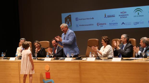 Los participantes en la clausura de la Semana del Espacio aplauden la intervención de la pequeña Triana
