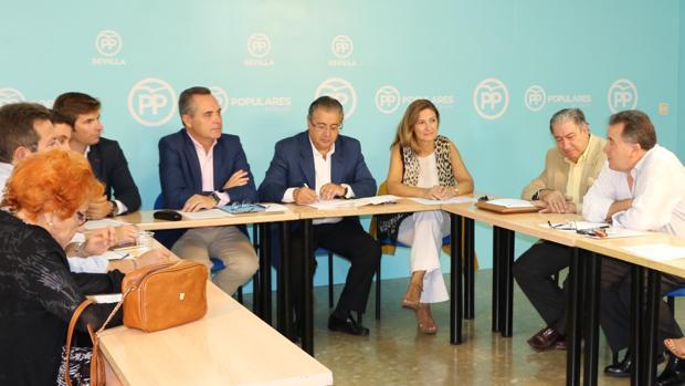 Representantes del PP de Sevilla con miembros de la plataforma «Sevilla por el Metro»