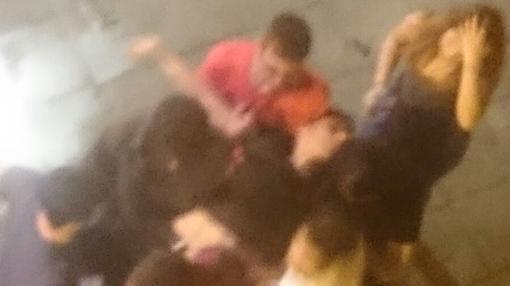 Jóvenes llevan en andas a un amigo que sufrió un coma etílico en Don Alonso El Sabio el pasado fin de semana
