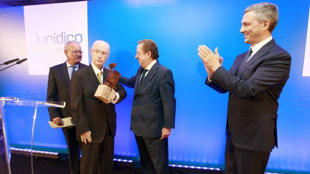 Momento de la entrega del premio a Luis de Angulo