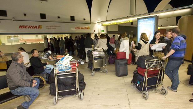 Pasajeros esperan para facturar en el aeropuerto de San Pablo