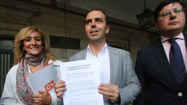 Javier Millán muestra el recurso interpuesto en los juzgados