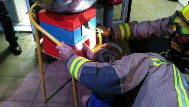 El menor con la mano atrapada en la máquina
