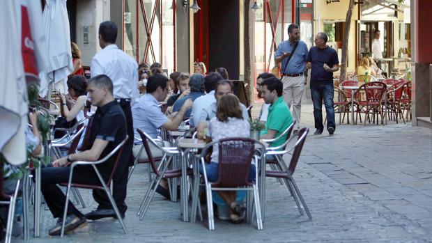 El gobierno socialista de Juan Espadas se ha propuesto reducir drásticamente la presencia de veladores