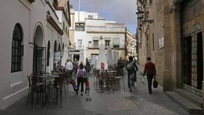 Los veladores no dejan espacio para la convivencia en el entorno de la calle Feria