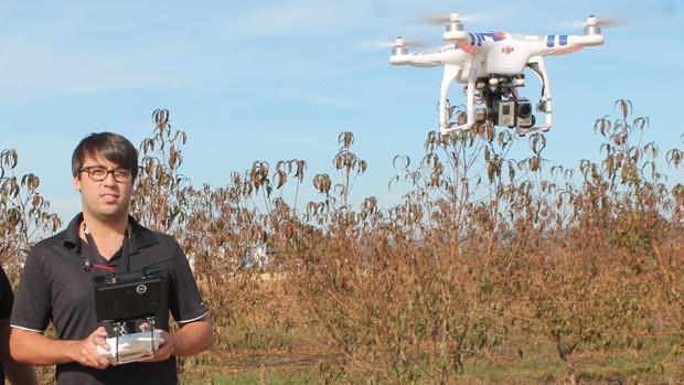 Un joven volando un dron