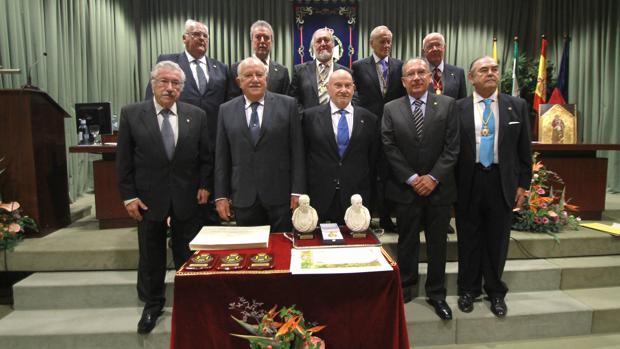 Algunos de los premiados posan ayer junto a miembros de la directiva del Colegio de Médicos