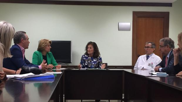 Reunión de los ppulares con la delegada provincial de Salud