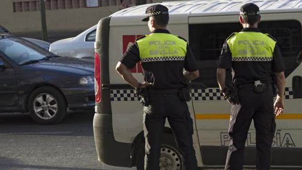 Dos agentes de la Policía Local