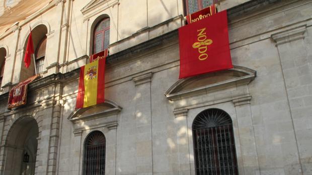 La bandera de la ciudad, en la imagen en el Ayuntamiento junto con la de España, está registrada