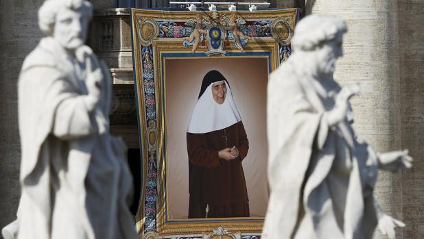 Estandarte con su imagen en la Plaza de San Pedro