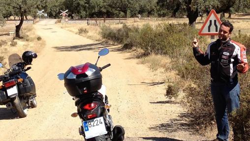 José, con su moto por la carretera